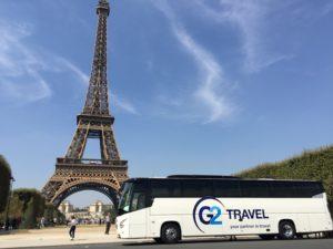 Autocar blanc devant la Tour Eiffel - Dream Coach Travel